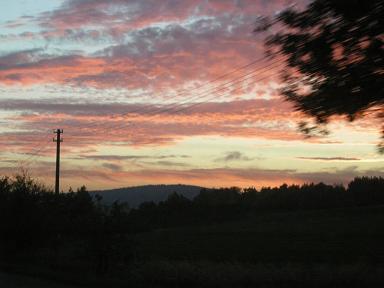 Západ Slunce neuměle zachycen skrze zadní okno auta